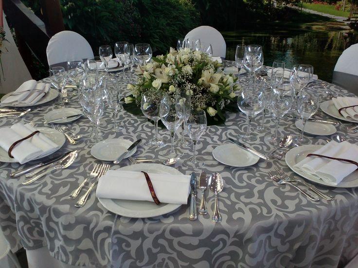 Ejemplo mesa mantel gris plata ideas para bodas - Decoraciones en color plata ...