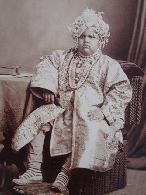 En cuanto a Jagatjit de Kapurthala (el que se casó con Anita), curiosamente había sido un niño obeso, francamente obeso. Y hay una foto suya impresionante en la que se le ve en esa época cubierto de joyas...