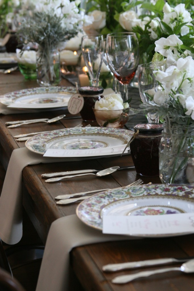 runner? silver or gold?: Dinners Plates, Rustic Elegant, Rustic Tables, Outdoor Parties, Vintage China, Places Sets, Hunt'S Parties, Wedding Tables Decor, Wedding Tables Sets