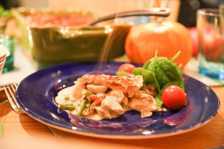 Kycklingpaj med smördegstäcke  Ingredienser: 800 g kycklingfilé 1 paket bacon 150 g champinjoner 150 g haricots verts 1 röd paprika 2 schalottenlökar 2 vitlöksklyftor 2 dl creme fraich 2 dl matlagningsgrädde 1 msk maizenaredning salt och peppar 1 rulle färsk smördeg 1 uppvispat ägg till pensling