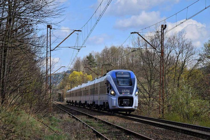 Pesa Dart ED161-016 jako pociąg IC 16102 Orzeszkowa z Białegostoku do Jeleniej Góry jedzie linią 274 na szlaku Janowice Wielkie- Wojanów. Skład jedzie po torze niewłaściwym związku z tym że przeszedł on naprawe kilka lat temu i szlakowa jest tam wyższa, w porównaniu do toru drugiego gdzie wynosi... 20 km/h.