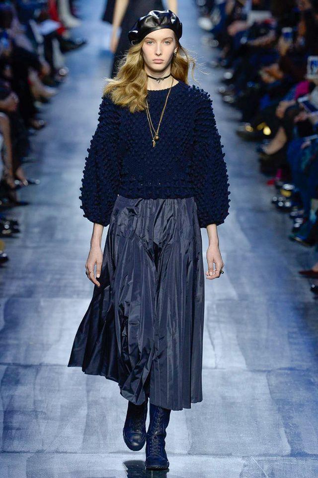 Pour le défilé Dior automne-hiver 2017-2018, Maria Grazia Chiuri décline une seule et même couleur : le bleu marine, cher à Monsieur Dior. Des mélanges de matières et d