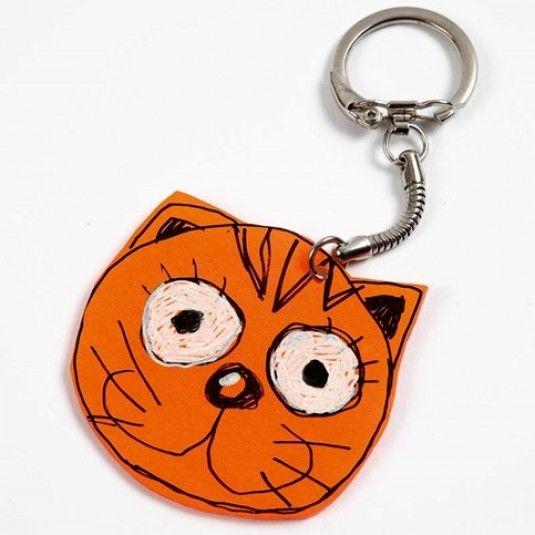 Een kat van krimpfolie als sleutelhanger