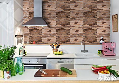 El diseño del Facciata tabaco replica el relieve de los mosaicos de piedra, ofreciendo una propuesta natural con acabado satinado que la convierten en una apuesta diferente para tu #Cocina #DiseñoCocinas #CocinasPequeñas #CerámicaItalia