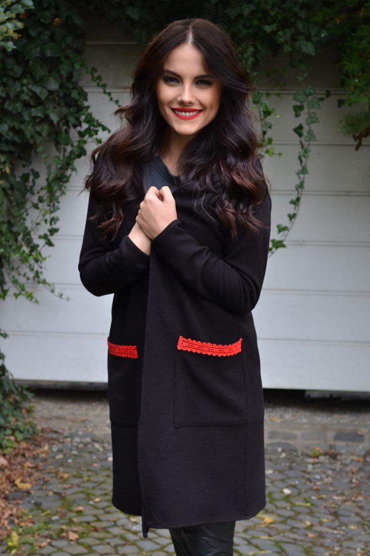 Cardigan negru din lână cu buzunare și detaliu roșu croșetat.