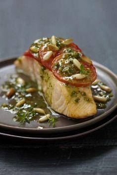 Recette minceur : Pavé de Saumon écossais à la tomate et au pesto 2 gousses d'ail 20 feuilles de basilic 80 g de pignons de pin 2 branches de thym frais sel, poivre du moulin
