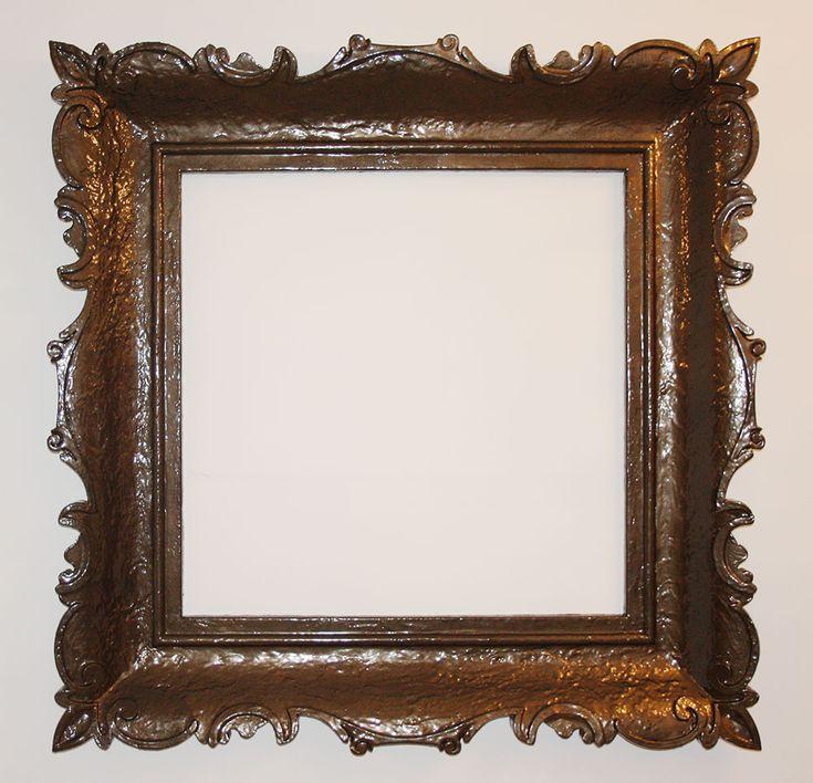 Cornice barocca in resina con rifinitura color legno scuro e polvere oro. Disponibile su www.materik.it #corniceoro #corniceclassica #cornicespecchio