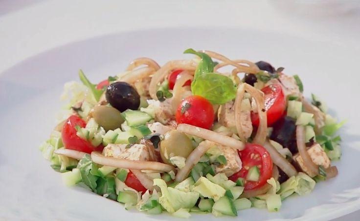 Salată asortată plină de vitamine, culoare și savoare, Sățioasă și gustoasă, nu-ți mai trebuie altceva la masă.