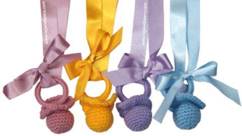 Chupones o chupetes tejidos a crochet como souvenirs para baby shower, nacimiento, etc.