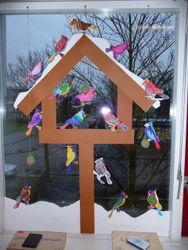 Winterliches Fensterbild - Schneebedecktes Vogelhaus