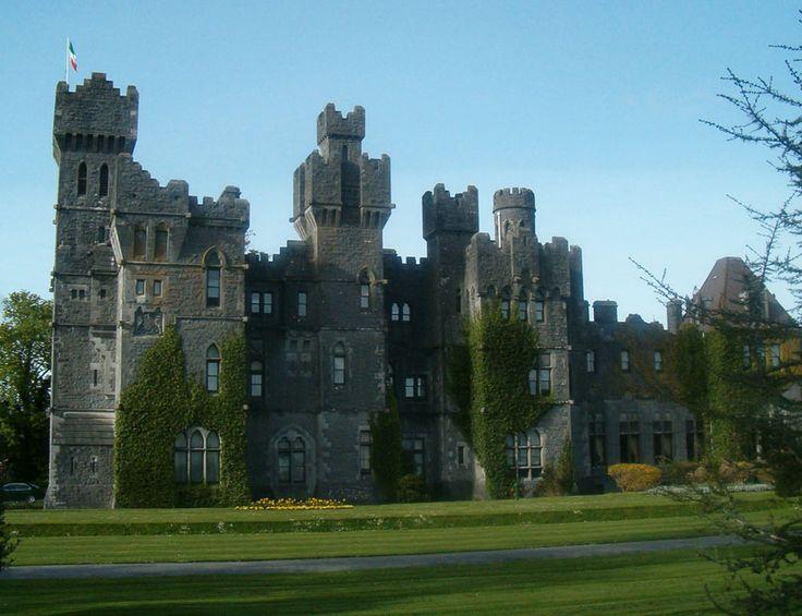 Ashford Castle en Irlande http://www.vogue.fr/voyages/hot-spots/diaporama/les-plus-beaux-chateaux-pour-halloween/15996/image/876834#!les-plus-beaux-chateaux-hantes-pour-halloween-ashford-castle-irlande