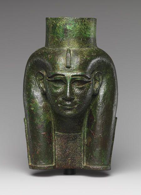 Jefe de una diosa, probablemente Mut, para la conexión a una barca procesional (?), Tercer período de período Kushite Intermedio, Dinastía 25, ca. 700 aC Egipto aleación cobrizo, dorado, anteriormente incrustaciones.