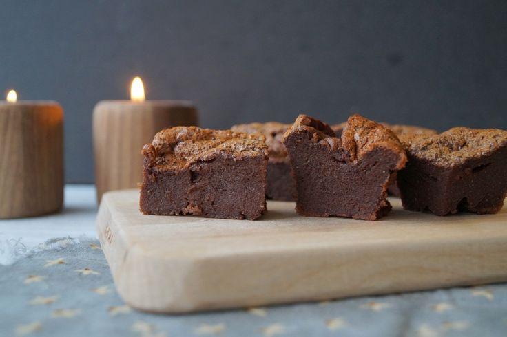Chokoladekage uden mel og sukker. En lækker blød og svampet low carb chokoladekage uden mel og sukker. Se opskriften og flere billeder på min madblog.