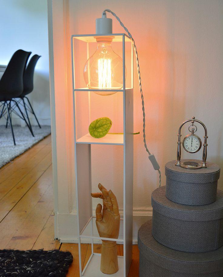 Vegglampen Shelfie Long er både dekorativ og praktisk og er designet med et grafisk uttrykk i matt hvit metall. Denne funksjonelle lampen vil være et naturlig blikkfang og gi dine flotteste pyntegjenstander ekstra oppmerksomhet.