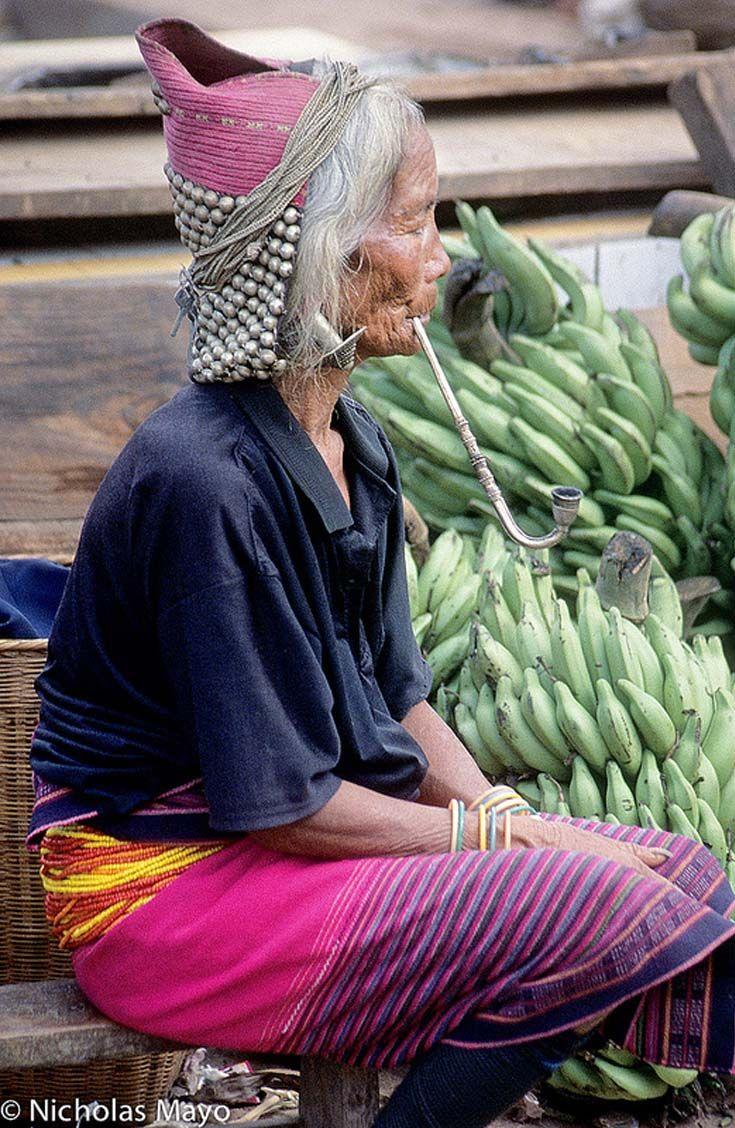 Wa woman at the market. Yunnan.  Habitent les montagnes de l'État Shan du nord de la Birmanie (Union du Myanmar) et dans le sud-ouest de la province chinoise du Yunnan.