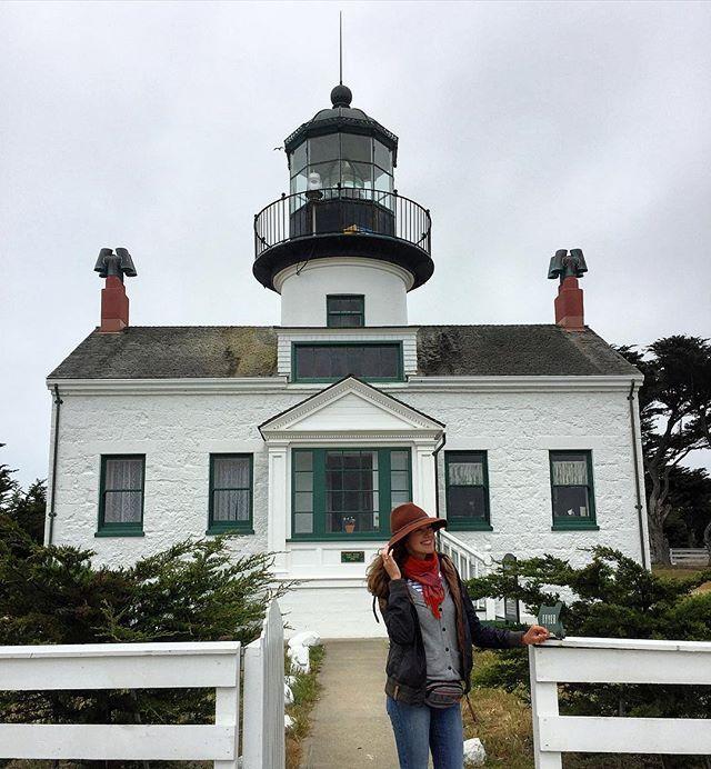 очередной маяк 😊😍 это самый старый из ныне действующих маяков, расположенных на западном побережье Соединенных Штатов, построен в 1855. Маяк занесен в Национальный регистр исторических мест. Мне он похож на Battery Point в Crescent City (1856). Но там мы не были внутри 😕, а вот здесь попали в музей на территории маяка, очень интересно, оказалось, впервые на западном побережье, смотрительницей этого маяка была женщина 💁 #usa #california #californiaadventure #monterey #montereybay…