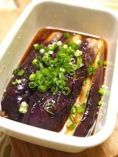「レンジで簡単焼きなす お店の味に仕上がります♪」なすに胡麻油をちよろっとかけて、レンジで加熱!簡単ですが、かなり使える焼きなすです。冷たい麺類はもちろん、お弁当にも♪【楽天レシピ】