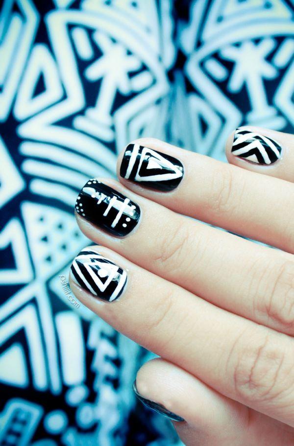 1. Elige el diseño que quieres para tus uñas.  2. Aplica una capa base de esmalte negro.  3. Toma un pincel delgado y utiliza esmalte blanco para dibujar el diseño en tus uñas.
