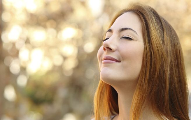 Flach, kurz und oberflächlich – so könnte man die Atmung der meisten Menschen beschreiben. Wer allerdings lernt, wieder tief in den Bauch zu atmen, fühlt sich deutlich fitter.