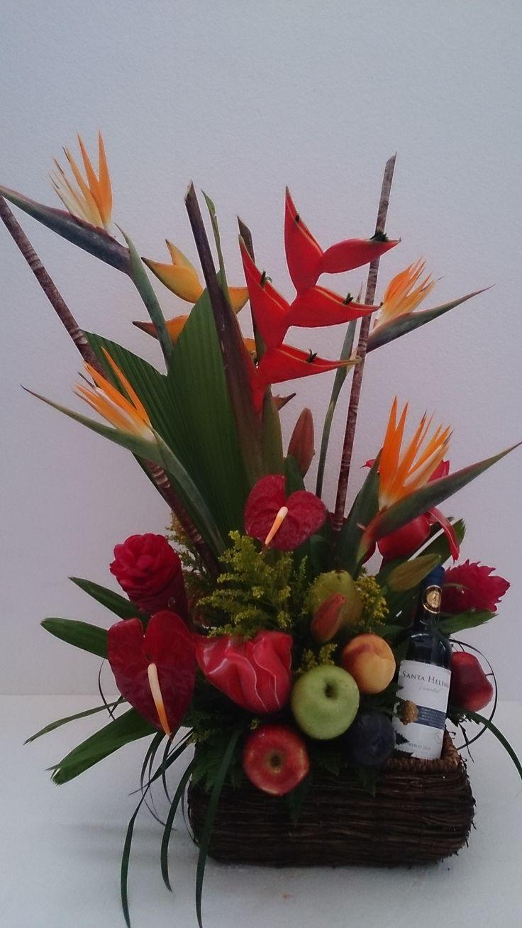Arreglo de flores tropicales con frutas y vino | ARREGLOS