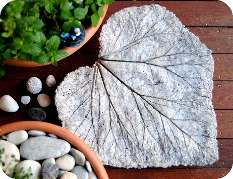 DIY Garden Art Leaf Sculpture by gardenmama: Great with giant leaves like rhubarb! #Leaf_Sculpture #gardenmama