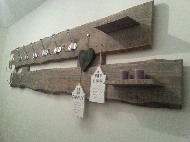 Zelf gemaakte kapstok van onbewerkte houten planken Linksboven home&rechtsonder love