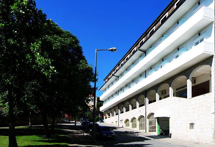 O Petrus Hotel está situado no Parque Termal de Chaves. A sua localização numa das zonas mais nobres do centro da cidade, faz deste hotel uma excelente opção para estadias de descanso e lazer. Saber Mais: http://www.lugaraosol.pt/pt/hoteis/listagem/item/petrus-hotel
