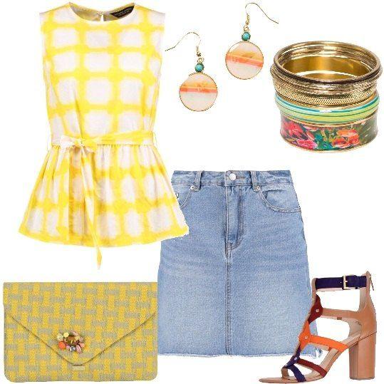 Un outfit da città composto da una gonna in jeans delavè, una blusa nei toni del giallo e bianco con cinturino in vita, sandali a tacco largo dai listelli colorati, pochette spiritosa, bracciali ed orecchini Desigual multicolor.