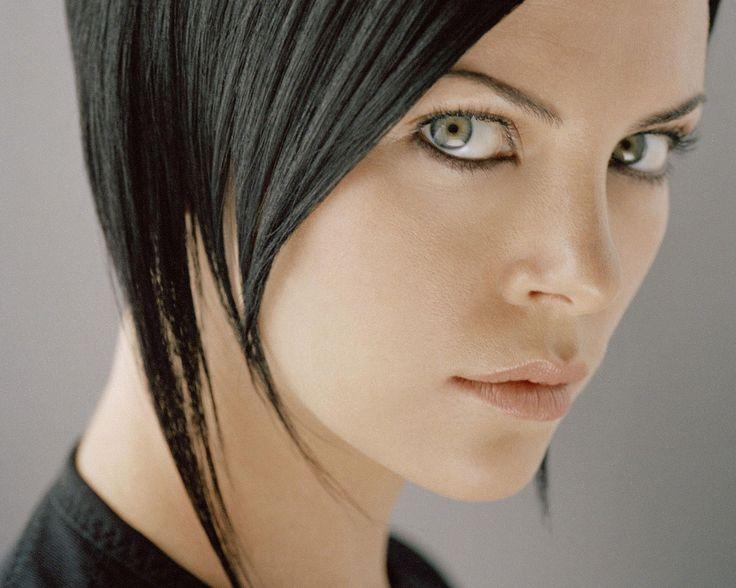 Charlize Theron (dans le rôle titre Æon Flux).