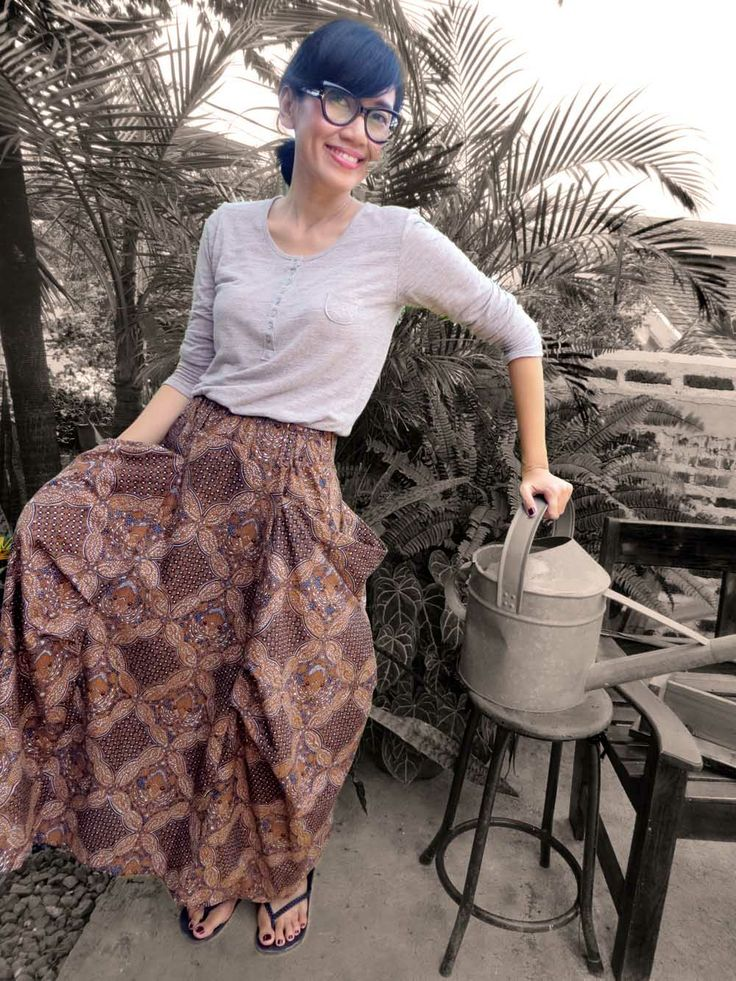Last saturday morning..A love affair with batik.. I called it easy breezing dressing LOL ..not many colors required indeeed ,I am  Wearing Batik Amarillis's bohemian summer skirt in batik sragen classic style ,Tom Ford glasses and beige T shirt  from goroke ,a south korean clothing line which I like, their cotton fabric is at the best!