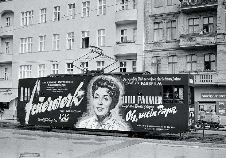 In den 1950er- und 1960er-Jahren fahren Reklamewagen durch West-Berlin.