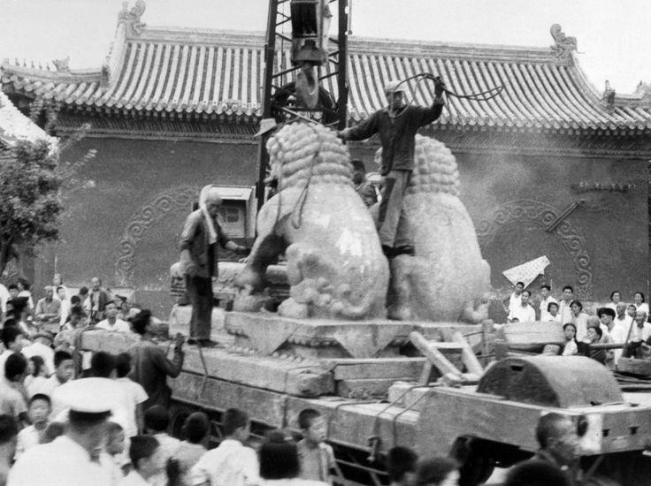 50 ans de la Révolution culturelle. Aux quatre coins du pays, tous les sites culturels, historiques ou religieux sont pris d'assaut par les gardes rouges. A Pékin, des milliers de monuments historiques seront détruits. Les restes des personnages éminents sont déterrés et brûlés. Les lieux de culte systématiquement vandalisés. Au Tibet, la quasi-totalité des 6.000 monastères sont dynamités.