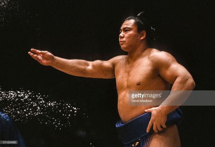 chiyonofuji-mitsugu-born-as-akimoto-mitsugu-throws-salt-in-a-ceremony-picture-id511234050 (1024×700)