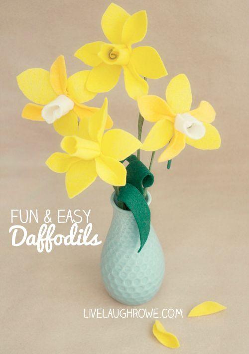 Super Fun and Easy Felt Daffodils with livelaughrowe.com #felt #flowers #daffodils