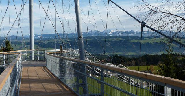 Im Naturerlebnispark Skywalk Allgäu können die Besucher die Natur auf besondere Weise erleben: Über eine Hängebrückenkonstruktion zwischen den Baumwipfeln, auf Erlebnispfaden im Wald oder barfuß ohne zu gucken.