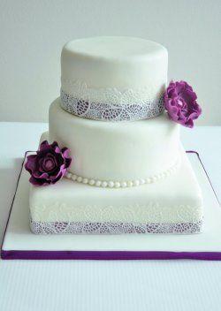 Elegantní svatební dort s květy a jedlou krajkou