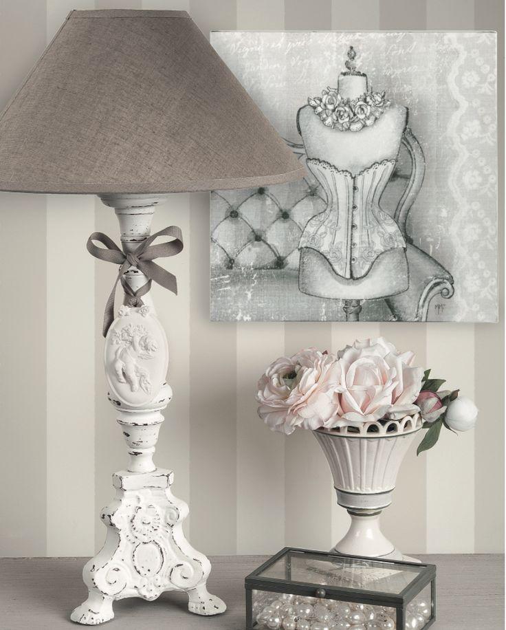 Lampada da tavolo Mathilde M., base circolare, colore bianco decapato, cappello grigio tortora, con decorazione in gesso a forma di cuore. Dimensioni: 25x51.