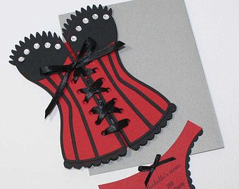 Invitation de corset Lingerie mariée douche ou de partie de Bachelorette  Ce corset en forme dinvitation est froncée et parfait pour la bachelorette la mariée ou douche lingerie. Vous pouvez choisir la combinaison de couleurs personnalisées. Vous pourrez unlace la corsette pour trouver tous les détails de la partie.  Détails : * lot de 6 invitations et 6 enveloppes argent chatoyantes * Invitations mesurent environ 4,25 x 5,5 * à partir de plusieurs couches de lourdes, carton de 110 lb…