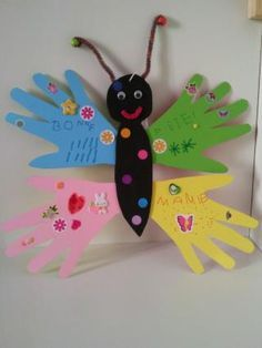 Papillon avec empreintes de mains en carton. Butterfly with prints of hands out of paperboard.