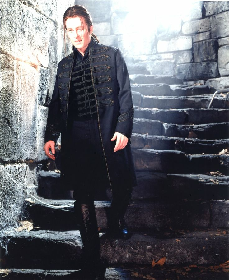 dracula and van helsing Movies: dracula fanfiction archive with over 428 stories come in to read, write, review, and interact with other fans  cushing's van helsing meets lee's dracula .