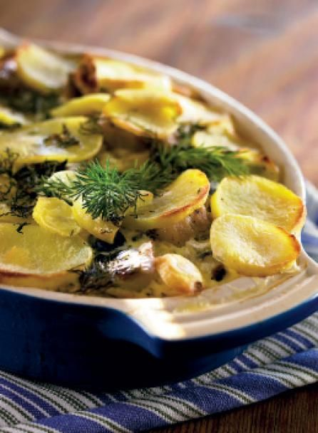Kuori ja viipaloi perunat. Leikkaa silakkafileet kolmeen osaan. Pilko kylkiviipaleet pienemmiksi.