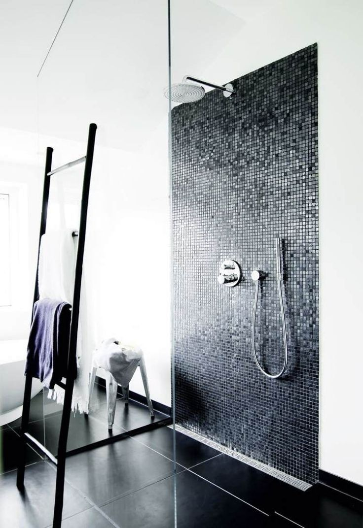 Badezimmer In Schwarz Weiss Mit Gefliester Dusche Zukunftige