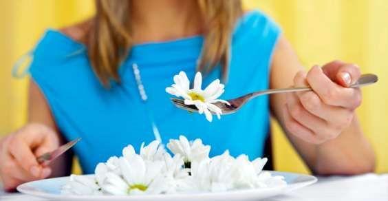 Avevate mai pensato di utilizzare i fiori in cucina? Molti di voi avranno assaggiato i fiori di zucca, fritti o ripieni, ma vi sono molte alte specie di fiori commestibili. Perché possiate gustarli, vi ricordiamo che i fiori che sceglierete dovranno essere spontanei, oppure biologici, cioè coltivati senza l'ausilio di pesticidi. Noi vi presentiamo dieci fiori edibili, che potrete utilizzare per arricchire le vostre ricette, dolci e salate.