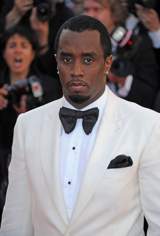 P Diddy en costume blanc et noeud papillon large noir / P Diddy with white suit and large black bow tie