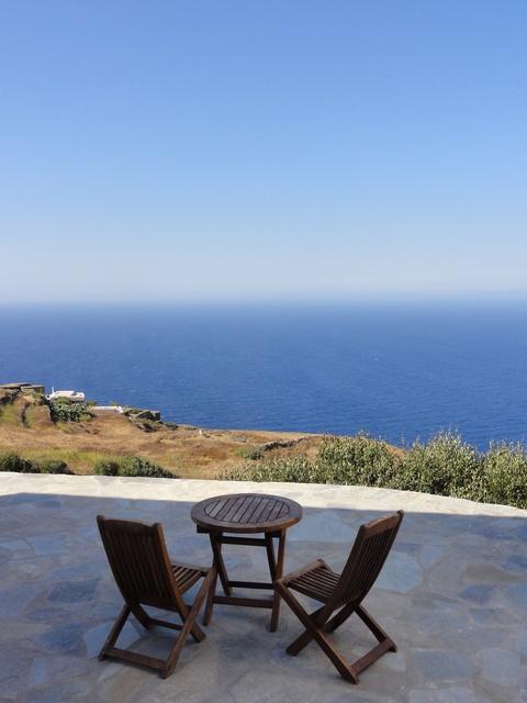 Relájate en la isla de Folegandros, #Grecia. Aguas transparentes, playas vírgenes (olvídate de parkings, parasoles o chiringuitos!).