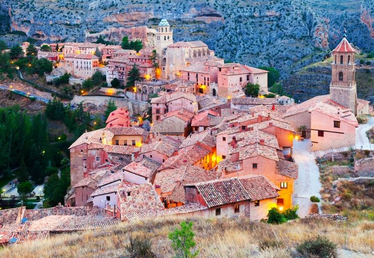 ALBARRACIN, ARAGON, SPANIA. Cum te-ai simti daca ai fi transportata cateva clipe in Evul Mediu? Acesta este sentimentul pe care il traiesti in momentul in care vizitezi unul dintre cele mai frumoase sate din Spania. Albarracin este un loc perfect in care sa te ascunzi de agitatie si in care sa te simti ca o printesa din vremuri de mult apuse. Albarracin face parte din Patrimoniul Mondial al UNESCO.