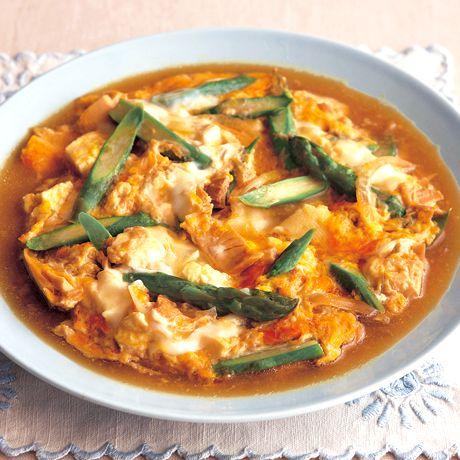 ツナを加えてコクを出す「豆腐とツナの卵とじ」のレシピです。プロの料理家・吉田瑞子さんによる、ツナ缶、卵、絹ごし豆腐、グリーンアスパラガス、玉ねぎなどを使った、283Kcalの料理レシピです。