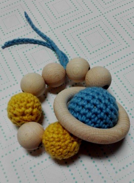 Mordedor Artesanal Bolas de Crochet - La tribu  Especialmente para los más pequeños, os ofrecemos estos fantásticos mordedores de madera.  Hechos de forma artesanal, con productos totalmente libres de tóxicos.  Un regalo muy especial para el pequeño de la casa!