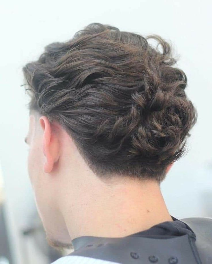 This year's hair trends are all about texture so wavy hair is on point. Check out these pictures of men's wavy hairstyles for classic looks and some of the latest styles. Wavy hair can be cut Cool Hairstyles For Men, Cool Haircuts, Hairstyles Haircuts, Haircuts For Men, Crazy Hairstyles, Beautiful Haircuts, Summer Hairstyles, Wedding Hairstyles, Medium Hair Cuts