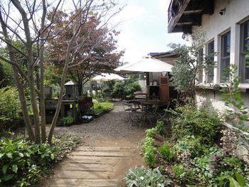 敷地内の中庭や畑を散策するのもおすすめ。